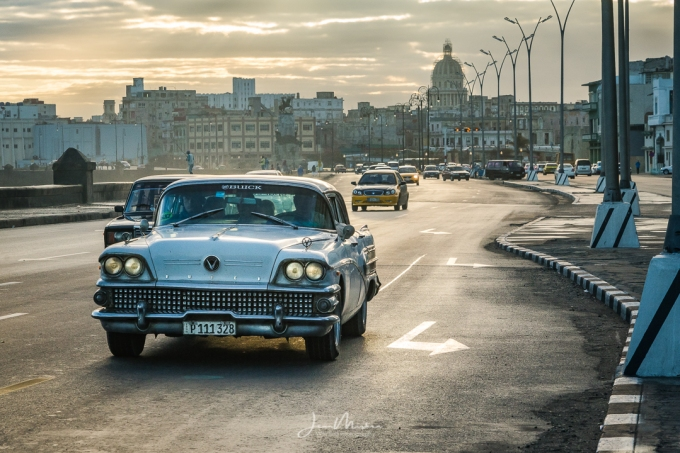 Photo Cuban Classic Car at Sunrise